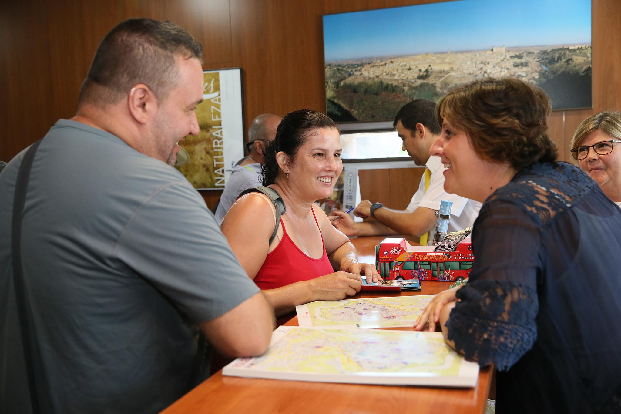 La consejera de econom a empresas y empleo visita la for Oficina turismo toledo