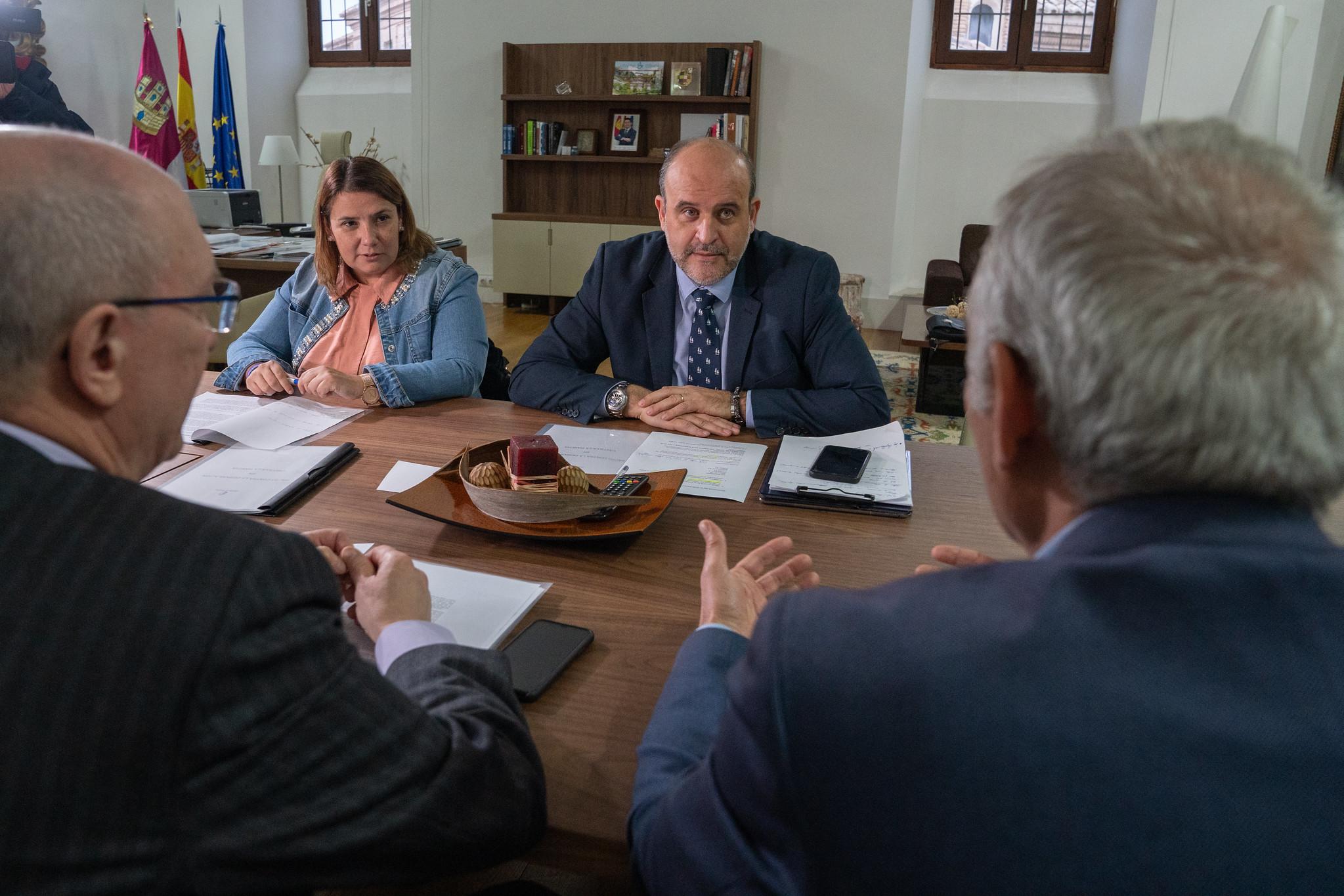 El vicepresidente de Castilla-La Mancha, José Luis Martínez Guijarro, ha mantenido una reunión con la presidenta de la FEMP en Castilla-La Mancha, Agustina García Élez.