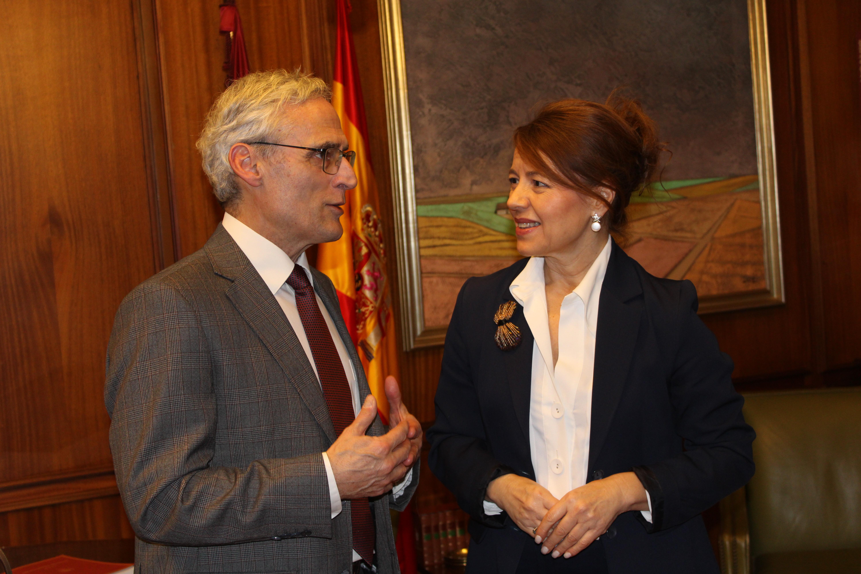 La consejera de Bienestar Social, Aurelia Sánchez y el fiscal de Castilla-La Mancha, José Martínez, durante la reunión de coordinación sobre la Ley de Protección y Apoyo Garantizado