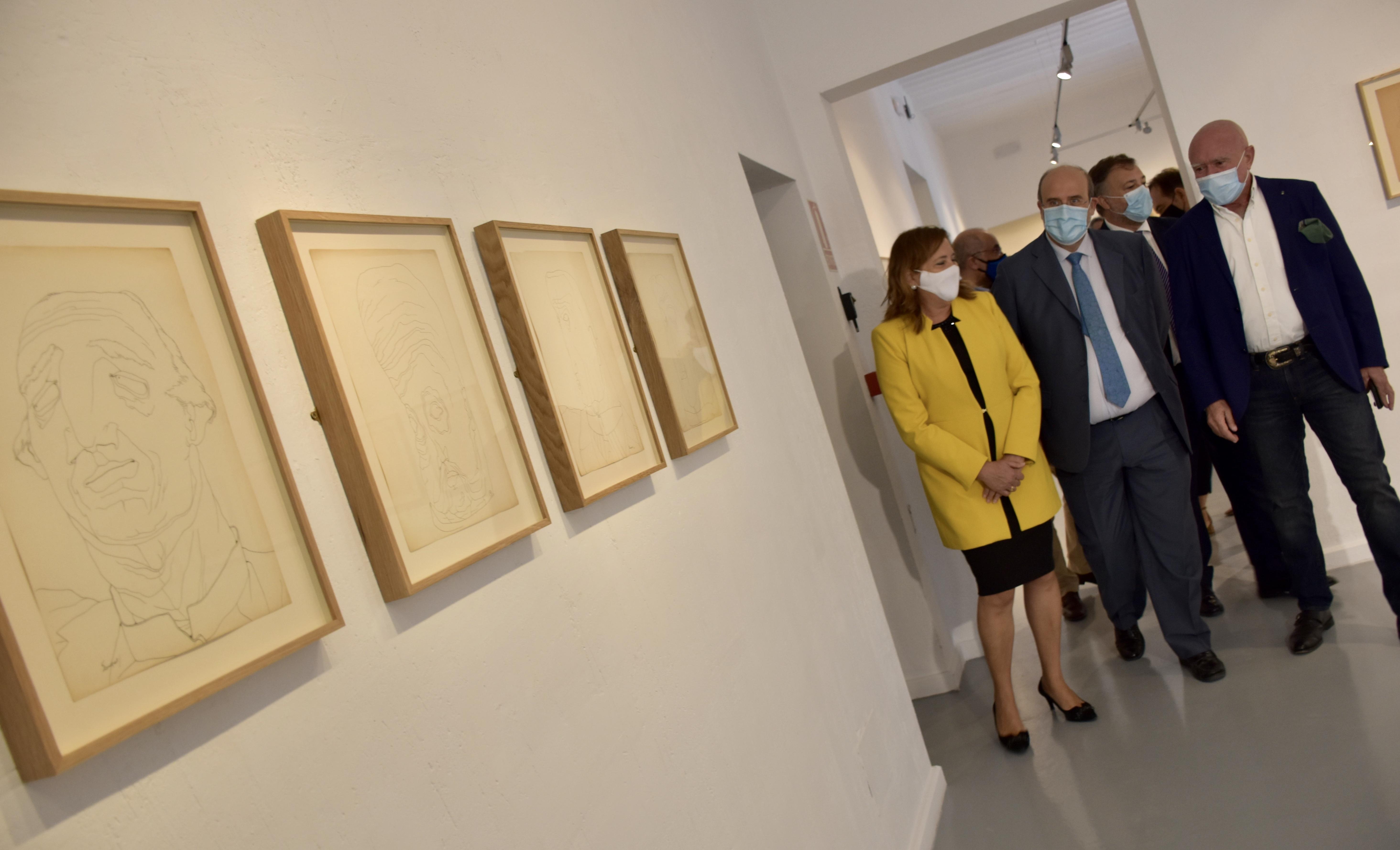 El vicepresidente de Castilla-La Mancha, José Luis Martínez Guijarro, asiste a la inauguración de la exposición  'Retratos imaginarios' de Pierre-Louis Flouquet