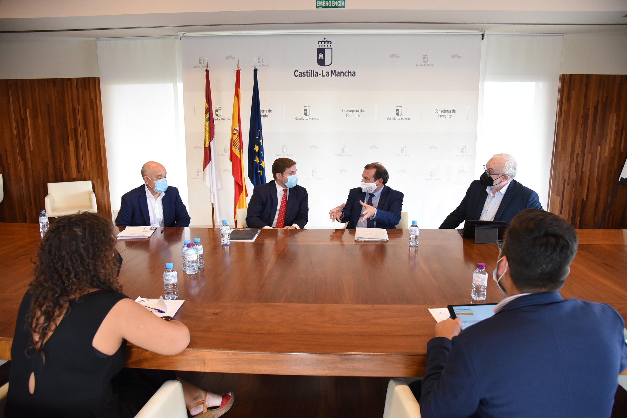 El consejero de Fomento, Nacho Hernando, mantiene, un encuentro con el alcalde de Puertollano, Adolfo Muñiz.
