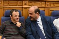 El vicepresidente del Gobierno de Castilla-La Mancha, junto con el  consejero de Sanidad, y la consejera de Bienestar Social, en el pleno conmemoración del Día internacional de las Personas con Discapacidad