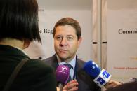 García-Page atiende a los medios durante su viaje a Bruselas