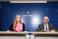 Elena de la Cruz, y el director general de Transportes y Carreteras, David Merino, compareciendo en rueda de prensa
