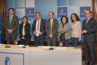La directora gerente del SESCAM, Regina Leal, firma el contrato con  la empresa adjudicataria de las obras del nuevo Centro de Salud de Azuqueca de Henares, en la Delegación de la Junta en Guadalajara