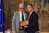 El presidente de Castilla-La Mancha, Emiliano García-Page, recibe, en el Palacio de Fuensalida, el título de 'Colegiado de Honor' por parte del Colegio Oficial de Enólogos