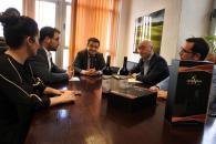 El consejero de Agricultura, Agua y Desarrollo Rural, Francisco Martínez Arroyo, mantiene una reunión con la DO Almansa
