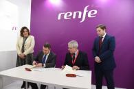 Firma de un convenio con RENFE en el stand de la compañía ferroviaria en FITUR