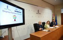 La consejera de Educación, Cultura y Deportes, Rosa Ana Rodríguez, presenta, con la Asociación de la Empresa Familiar de Castilla-La Mancha, el proyecto 'Empresa familiar en las aulas'.