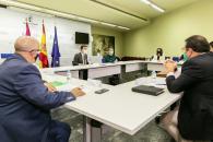 El consejero de Agricultura, Agua y Desarrollo Rural, Francisco Martínez Arroyo, mantiene una reunión con las organizaciones del sector del aceite de cara al inicio de la próxima campaña de la aceituna.