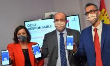 El vicepresidente regional, José Luis Martínez Guijarro, y la consejera de Economía, Empresas y Empleo, Patricia Franco, presentan la aplicación para móviles 'Ocio Responsable'