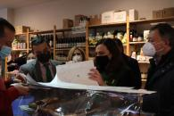 El consejero de Agricultura, Agua y Desarrollo Rural visita la tienda Coopera Natura