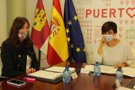 La consejera de Igualdad y portavoz del Gobierno regional, Blanca Fernández, mantiene una reunión de trabajo en el Ayuntamiento con la alcaldesa de Puertollano, Isabel Rodríguez, para abordar las políticas de igualdad en la localidad