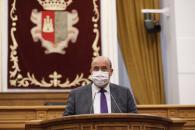 El vicepresidente del Gobierno regional, José Luis Martínez Guijarro, durante su intervención en el debate sobre el Plan Castilla-La Mancha Avanza, en el Pleno de las Cortes regionales celebrado hoy en Toledo.