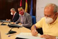 El consejero de Agricultura, Agua y Desarrollo Rural firma el convenio para el arreglo del camino rural de 'San Andrés', en Guadalajara