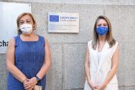 La directora general de Asuntos Europeos, Virginia Marco, descubre, junto a la viceconsejera de Relaciones Institucionales, Margarita Sánchez, la placa que acredita la renovación del convenio de la Oficina Europe Direct Castilla-La Mancha