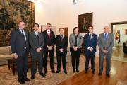 El presidente de Castilla-La Mancha, Emiliano García-Page, firma con responsables de las diputaciones provinciales el acuerdo de adhesión al Plan Extraordinario y Urgente