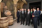 El presidente de Castilla-La Mancha, Emiliano García-Page, visita las instalaciones de la empresa Mahou en Alovera
