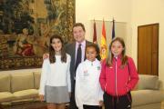 El presidente regional recibe en el Palacio de Fuensalida a las campeonas mundiales de pádel Águeda Pérez, Lucía Dionisio y Noemí Aguilar