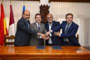 El presidente de Castilla-La Mancha, Emiliano García-Page, ha realizado hoy una visita institucional al Ayuntamiento de San Lorenzo de la Parrilla