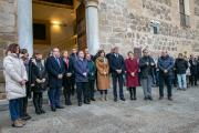 El presidente regional, Emiliano García-Page, y la consejera de Igualdad y portavoz, Blanca Fernández, han participadop en la concentración en repulsa del último asesinato machista registrado en Castilla-La Mancha