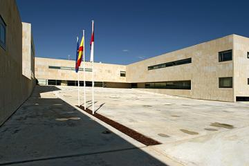 La Caja Rural de Castilla-La Mancha y la Consejería de Educación, Cultura y Deportes han suscrito un convenio por el cual la entidad bancaria aportará un total de 300.000 euros para poder equipar a los institutos de Educación Secundaria de la Comunidad Autónoma con desfibriladores semiautomáticos.