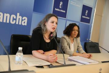 La directora del Instituto de la Mujer de Castilla-La Mancha, Araceli Martínez, ofrece una rueda de prensa, en la Delegación de la Junta en Toledo