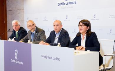 El director general de Salud Pública y Consumo, Manuel Tordera, presenta, en la Sala de Prensa de la Consejería de Sanidad, un estudio sobre los equipos de cavitación
