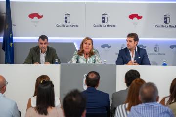 La consejera de Educación, Cultura y Deportes, Rosa Ana Rodríguez, y el director de 'La Vuelta a España', Javier Guillén, presentan la XIX etapa de la Vuelta que terminará en Toledo