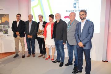 Presentación III Encuentro de Ciudades Cuchilleras en el stand de la Junta