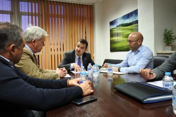 El consejero de Agricultura, Agua y Desarrollo Rural, Francisco Martínez Arroyo, mantiene una reunión con la Fundación Consejo Regulador de la D.O. Queso Manchego.