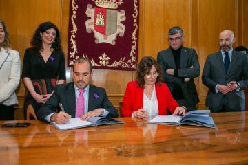 La consejera de Igualdad y portavoz del Gobierno regional, Blanca Fernández y el presidente de las Cortes de Castilla-La Mancha, Pablo Bellido, firman un protocolo para el desarrollo del Plan de Igualdad de las Cortes regionales.