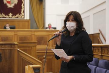 La consejera de Igualdad y Portavoz, Blanca Fernández, interviene, desde su escaño, en el Pleno de las Cortes de Castilla-La Mancha celebrado hoy en Toledo.