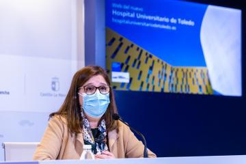La directora gerente del SESCAM, Regina Leal, presenta en rueda de prensa la página web del Hospital Universitario de Toledo.