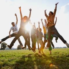 Jovenes saltando, monitores actividades juveniles