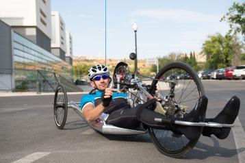 Un ingresado en el Hospital Nacional de Parapléjicos participa en su tercera prueba de handbike