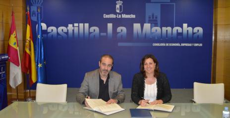 La consejera de Economía, Empresas y Empleo, Patricia Franco, durante la firma del convenio con el presidente del Consejo regional de Cámaras, Félix Aceñero.