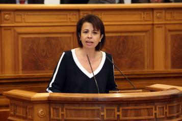 Reyes Estévez durante su intervención en las Cortes regionales en el debate sobre la Política general seguida en relación al Programa de Educación Infantil y Primaria