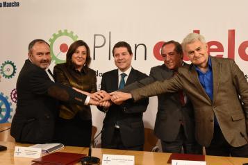 Emiliano García-Page firma el acuerdo para la aplicación del 'Plan Adelante'