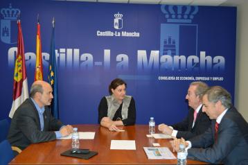 La consejera de Economía mantiene una reunión con representantes de Telecom Castilla-La Mancha