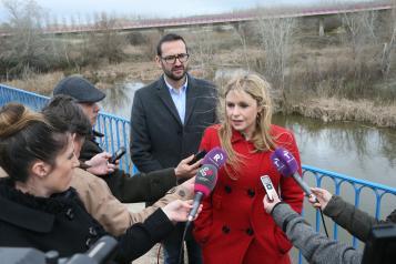 La consejera de Fomento, Elena de la Cruz, en La Puebla de Montalbán con la delegación de europarlamentarios, visitando el río Tajo