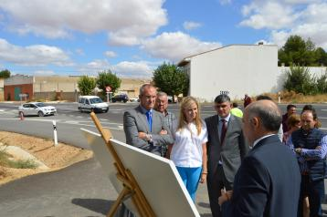 Elena de la Cruz inaugura las obras en la travesía de Huete (CM-310a).