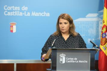 La consejera de Fomento ha ofrecido una rueda de prensa en las Cortes regionales.