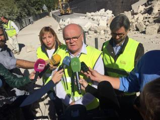 Ruiz Santos durante la visita a la zona del desprendimiento en Alcalá del Júcar
