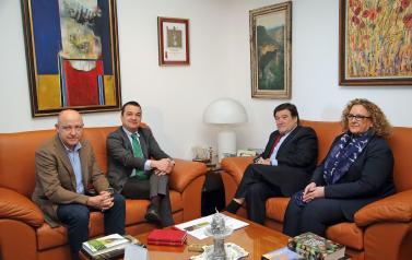 El consejero de Agricultura, Medio Ambiente y Desarrollo Rural, Francisco Martínez Arroyo, durante la reunión mantenida, en la Consejería, con el presidente de la Confederación Europea de Destilerías Vínicas (CEDIVI), Francisco Ligero