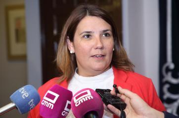 La consejera de Fomento, Agustina García Élez, durante sus declaraciones a los medios de comunicación, en la sede del Parlamento regional, para valorar el triple trasvase del Tajo al Segura aprobado por el Gobierno de España. (