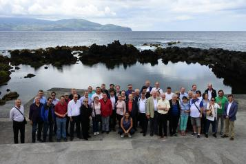 García-Page realiza una visita a los viñedos de la Isla do Pico