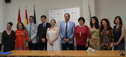 La directora del Instituto de la Mujer en funciones, Araceli Martínez, junto al Rector de la UAH, José Vicente Saz, presentan el convenio para la creación de una Cátedra de Investigación de Género.