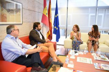 El Gobierno regional y Puy du Fou avanzan en un protocolo con ventajas de acceso para los colectivos sociales al espectáculo del parque temático
