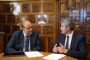 El vicepresidente del Gobierno Castilla-La Mancha, José Luis Martínez Guijarro, se reúne con el presidente de la Diputación Provincial de Toledo, Álvaro Gutiérrez.